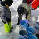 小学校で子供達のキャンドル作りのお手伝いを行っています